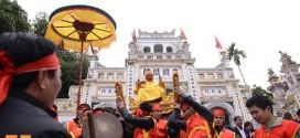 Lật kiệu Chúa tại lễ hội rước Vua giả ở Hà Nội